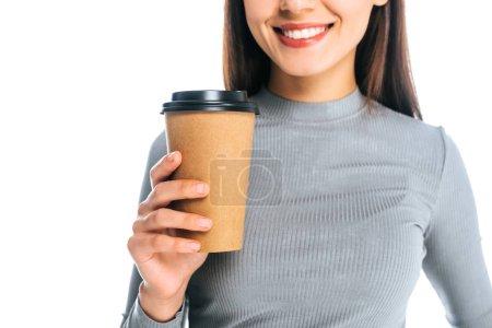 Photo pour Vue partielle d'une femme souriante avec café pour aller isolé sur blanc - image libre de droit