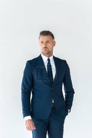 Foto de Hombre de negocios guapo en traje azul mirando a aislado en blanco - Imagen libre de derechos