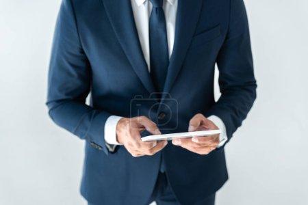 Photo pour Image recadrée de l'homme d'affaires en utilisant comprimé isolé sur blanc - image libre de droit