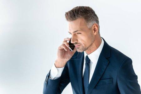 Foto de Retrato de un apuesto hombre de negocios hablando por teléfono inteligente aislado en blanco - Imagen libre de derechos