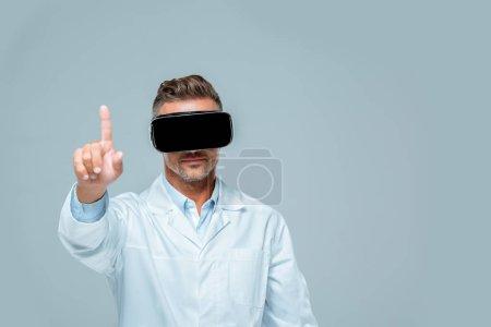 Foto de Científico en el casco de realidad virtual algo tocando con el dedo aislado en gris, concepto de inteligencia artificial - Imagen libre de derechos
