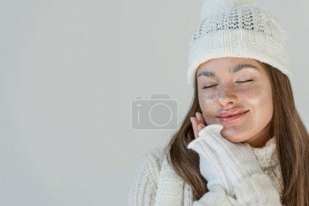 Photo pour Femme séduisante joyeuse en pull en hiver à la mode et écharpe debout les yeux fermés isolé sur blanc - image libre de droit