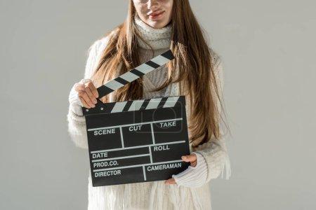 Foto de Imagen recortada de la mujer en moda de invierno suéter y bufanda con junta clapeta aislado en gris - Imagen libre de derechos