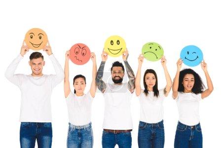Foto de Amigos multiculturales en Dril levantando tarjetas con las emociones por encima de la cabeza aislada en blanco - Imagen libre de derechos