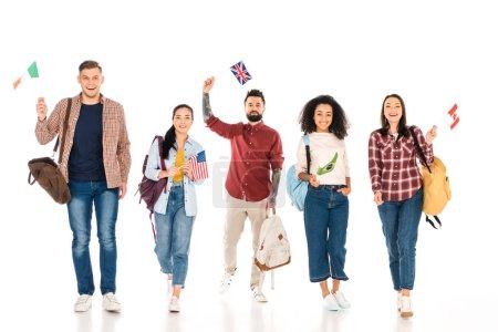 Photo pour Groupe multi-ethnique de personnes avec sacs à dos et des drapeaux des différents pays isolés sur blanc - image libre de droit