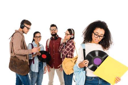 Photo pour Belle fille afro-américaine debout avec disque vinyle près milticultural groupe de personnes dans des verres isolés sur blanc - image libre de droit