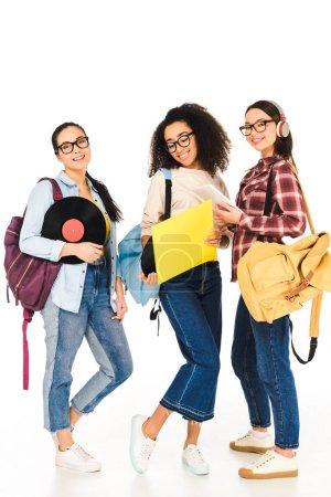 Photo pour Jolies filles multiculturelles dans des verres avec des disques de vinyle isolés sur blanc - image libre de droit