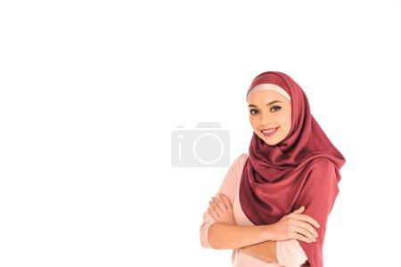 Photo pour Femme musulmane debout avec les bras croisés isolés sur blanc - image libre de droit
