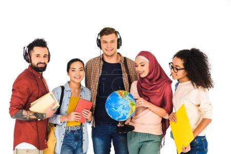 Photo pour Femme musulmane tenant globe et permanent avec un groupe multiculturel de gens isolés sur blanc - image libre de droit