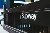 """Постер, картина, фотообои """"крупным планом зрения метро знак на улице в Нью-Йорке, США"""""""