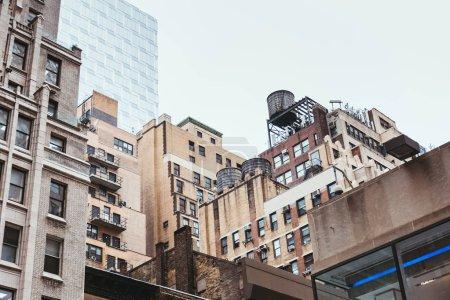 Photo pour Scène urbaine avec des bâtiments de la ville de new york, é.-u. - image libre de droit