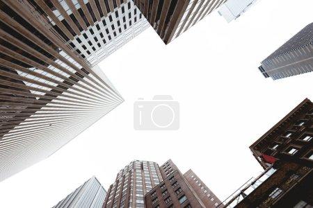 Photo pour Vue des gratte-ciel de dessous et de clear sky à new York, é.-u. - image libre de droit