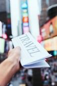 """Постер, картина, фотообои """"частичное представление о мужчина держит газету путешествия с размытыми просмотра улиц города Нью-Йорка на фоне"""""""