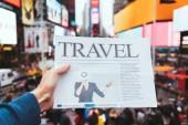 """Постер, картина, фотообои """"частичный вид человека, проведение деловой газеты с размытыми просмотра улиц города Нью-Йорка на фоне"""""""