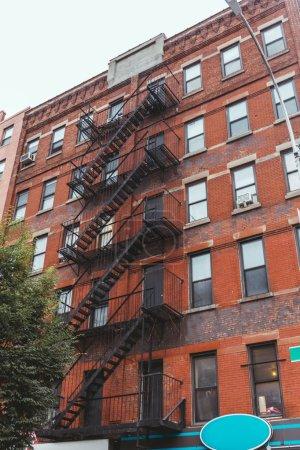 Foto de Vista de ángulo bajo de edificios viejos en la ciudad de nueva york, Estados Unidos - Imagen libre de derechos