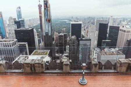 Photo pour Vue grand angle de jumelles exploitées sur la terrasse d'observation à new York, é.-u. - image libre de droit
