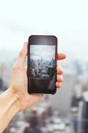 Foto de Recortada tiro fo hombre con smartphone tomar fotografía de la ciudad de nueva york - Imagen libre de derechos