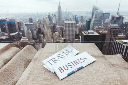 Photo pour Bouchent vue de journaux de voyage et d'affaires et de la vue sur la ville de new york - image libre de droit