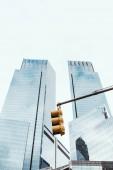 """Постер, картина, фотообои """"низкий угол зрения небоскребов, светофор и ясное небо в Нью-Йорке, США"""""""