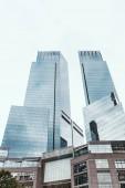 """Постер, картина, фотообои """"низкий угол зрения небоскребов и ясное небо в Нью-Йорке, США"""""""