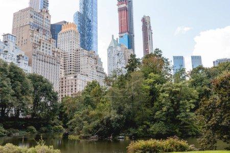 Photo pour Bâtiments et parc de la ville à New York, Etats-Unis - image libre de droit