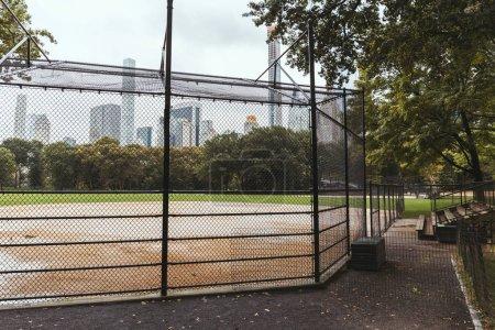 Photo pour Vue panoramique sur l'aire de jeux et les bâtiments en arrière-plan, New York, États-Unis - image libre de droit