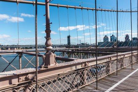 Photo pour Brooklyn pont sur ciel bleu et manhattan sur fond, New York, Etats-Unis - image libre de droit