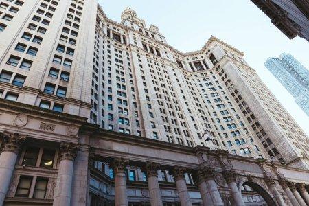 Photo pour Vue à faible angle des gratte-ciel de New York et ciel dégagé, États-Unis - image libre de droit