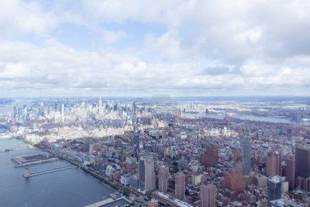 Foto de Vista aérea de la ciudad de nueva york rascacielos y cielo nublado, los e.e.u.u. - Imagen libre de derechos