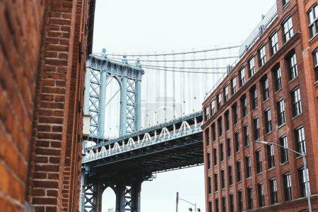 Photo pour Scène urbaine avec bâtiments et pont de Brooklyn à New York, Etats-Unis - image libre de droit
