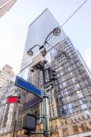 Photo pour Vue faible angle de gratte-ciels et route signe sur street, new york, Etats-Unis - image libre de droit