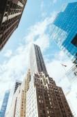 """Постер, картина, фотообои """"низкий угол зрения небоскребов и пасмурное небо в Нью-Йорке, США"""""""
