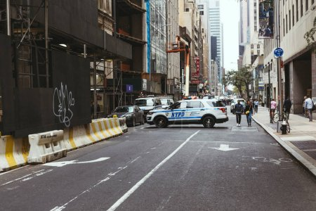 new york, usa - oktober 8, 2018: urbane szene mit new york street mit polizeiauto, usa