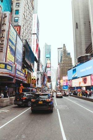 Foto de Times Square, Nueva York, Estados Unidos - 08 de octubre de 2018: escena urbana con la concurrida plaza de veces en Nueva york, Estados Unidos - Imagen libre de derechos