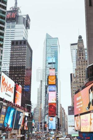 Photo pour Times Square, New York, Etats-Unis - 8 octobre 2018: gratte-ciels et panneaux d'affichage sur times square à new york, é.-u. - image libre de droit