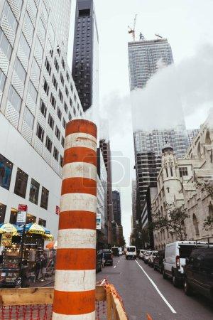 Foto de Nueva York, Estados Unidos - 08 de octubre de 2018: vista de ángulo bajo del city street, nueva york, Estados Unidos - Imagen libre de derechos