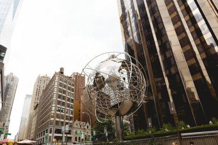 Photo pour New York, États-Unis - 8 octobre 2018: faible angle vue sur new york city unisphere sculpture et gratte-ciels, é.-u. - image libre de droit