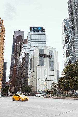 Photo pour NEW YORK, États-Unis - 8 OCTOBRE 2018 : Scène urbaine avec gratte-ciel et rue de la ville à New York, États-Unis - image libre de droit