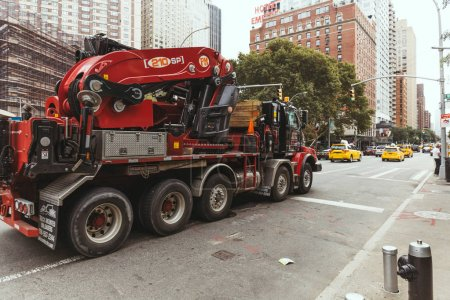 Photo pour New York, États-Unis - 8 octobre 2018: scène urbaine avec des véhicules sur la rue de la ville de new york, é.-u. - image libre de droit