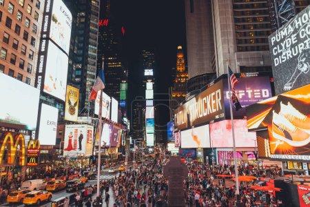Foto de Times Square, Nueva York, Estados Unidos - 08 de octubre de 2018: escena urbana con concurrida times square en Nueva york por la noche, Estados Unidos - Imagen libre de derechos