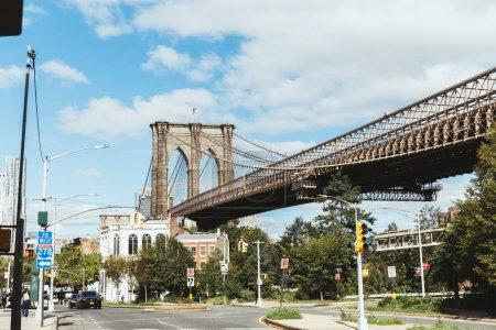 Foto de Nueva York, Estados Unidos - 08 de octubre de 2018: escena urbana el puente de brooklyn y calle de la ciudad de nueva york, Estados Unidos - Imagen libre de derechos