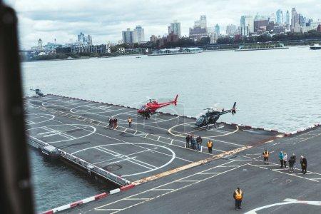 Nueva York, Estados Unidos - 08 de octubre de 2018: personas el cojín del helicóptero con la ciudad de nueva york en el fondo, Estados Unidos