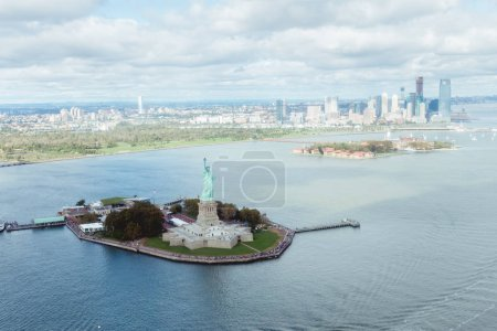 Photo pour Statue Of Liberty, New York, Usa - 8 octobre 2018 : vue aérienne de la statue de la liberté à new york, é.-u. - image libre de droit