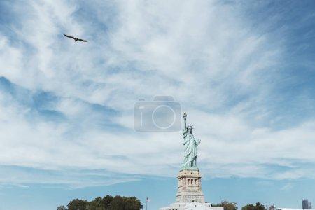 Photo pour Statue Of Liberty, New York, Usa - 8 octobre 2018: statue de la liberté à new york sur fond bleu ciel nuageux, é.-u. - image libre de droit