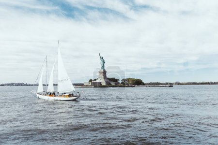 Foto de Estatua de la libertad, Nueva York, Estados Unidos - 08 de octubre de 2018: estatua de la libertad en Nueva york contra fondo azul cielo nublado, los e.e.u.u. - Imagen libre de derechos