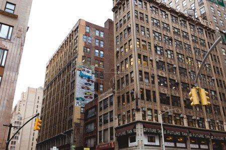 Photo pour New York, États-Unis - 8 octobre 2018: faible angle vue de rue de new york city, usa - image libre de droit