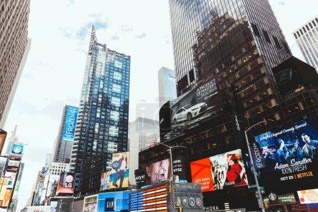 Foto de Times Square, Nueva York, Estados Unidos - 08 de octubre de 2018: vista de ángulo bajo de vallas publicitarias y rascacielos en times square en Nueva york, Estados Unidos - Imagen libre de derechos