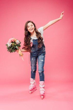 Photo pour Enfant gai en patins à roues alignées avec bouquet de fleurs sur fond rose - image libre de droit