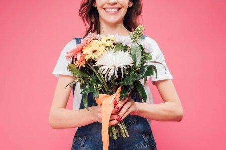 Photo pour Vue partielle de la femme tenant le bouquet de fleurs isolée sur Rose - image libre de droit