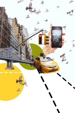 Foto de Corto hombre del tiro fo con smartphone tomar foto de ciudad de nueva york con ilustración de aves, taxi y círculos - Imagen libre de derechos